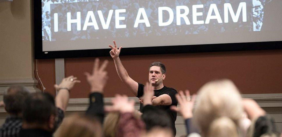 Mikael Reijer föreläser med publik